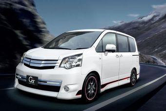 В Японии представлены новые комплектации минивэнов Toyota.
