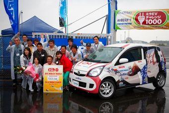 Японские фанаты электрокаров поставили новый рекорд по дальности поездки на одном заряде батарей.