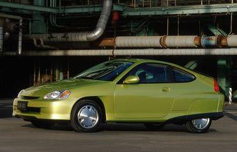Honda Insigh 2000 модельного года, 4,4 литра на 100 км в комбинированном цикле.