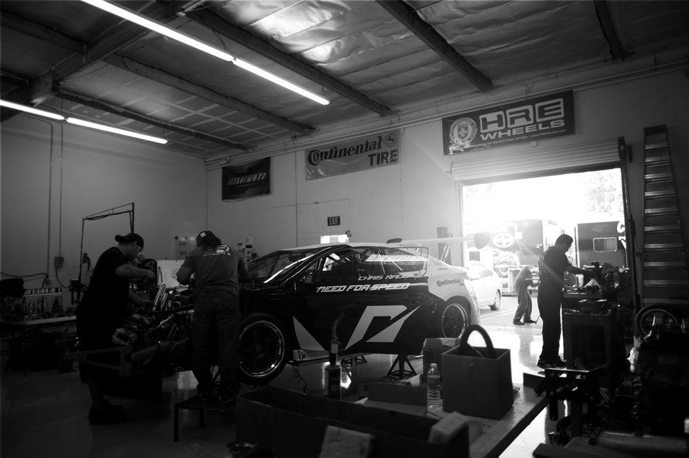 красивые гонщики в гараже фото ярких необычных
