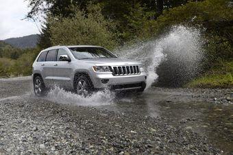 Через пару недель в России начнутся продажи новой версии джипа Grand Cherokee.