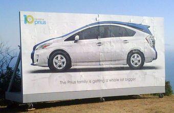 Toyota начала рекламу новой модели семейства Prius.