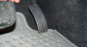 Toyota снова отзывает автомобили из-за проблем с ковриками.