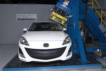 Крыша Mazda3 оказалась достаточно прочной, чтобы получить высшую оценку за безопасность.