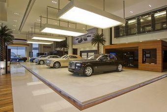 Компания Rolls-Royce открыла очередной дилерский центр в столице ОАЭ Абу-Даби, который стал самым крупным автосалоном английской марки в мире.