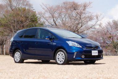 В Японии начались продажи гибридного универсала Toyota Prius α