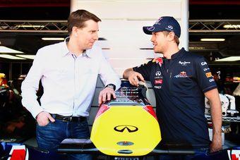 Саймон Спрул, Корпоративный Вице-президент по глобальным маркетинговым коммуникациям компании Nissan Motor, и Себастиан Феттель, чемпион Формулы-1 сезона 2010 года.