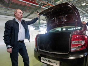 Владимир Путин рассказал о планах по развитию дорожной сети в России. К 2020году власти рассчитывают построить 18тысячкм новых дорог. Всего дорожные фонды за10лет аккумулируют 8,4трлн рублей.