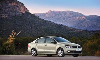 Volkswagen во второй раз поднимает цены на Polo седан российской сборки. Базовая стоимость машины теперь составляет 424 700 рублей.