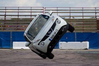 Nissan Juke проедет трек Goodwood Hill Climb Course на двух колесах.
