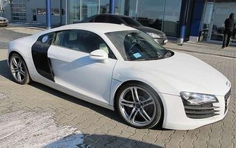Автомобиль Audi R8 (как на фото) был изъят за долги судебными приставами.