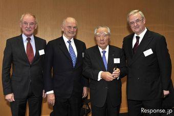В конце 2009 года компания Suzuki продала 20% своих акций немецкому концерну Volkswagen. Эта фотография была сделана как раз в момент подписания соглашения. Но партнерство не заладилось.
