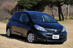 Новый гибрид Toyota Aqua разработан на платформе хэтчбека Vitz. Продажи машины начнутся в следующем году.