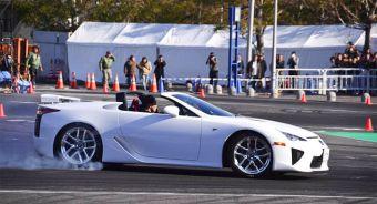 Lexus LFA без крыши представлен на показательных выступлениях чемпионата Японии по дрифту.