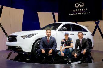 Двукратный чемпион Формулы-1 Себастьян Феттель вместе с Широ Накамурой (вице-президент Nissan, отвечает за дизайн бренда) и Карлосом Гоном (глава альянса Renault-Nissan) представляет уникальный вариант кроссовера FX, названный его именем.