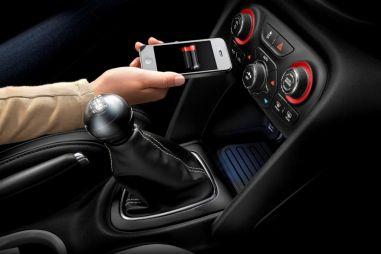 Chrysler представил беспроводную зарядку длятелефонов