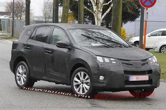 Предположительно, на снимке прототип Toyota RAV4 четвертого поколения. Машина проходит тесты на дорогах Европы.