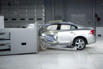 Только 3 из 11 автомобилей класса премиум прошли новый краш-тест IIHS.
