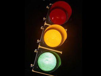 Светофор на перекрестке улиц Тюленина и Родники является одним из четырех светофорных объектов, построенных за счет средств городского бюджета в 2012 году.