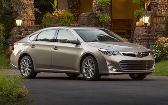 Седан Avalon станет первой моделью в линейке Toyota, предлагающей беспроводную зарядку для телефонов.