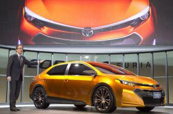 Презентацию Toyota Corolla Furia Concept в Детройте проводит Билл Фэй, вице-президент и генеральный менеджер североамериканского подразделения Toyota.