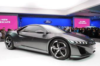 Acura не стала менять концепцию дизайна NSX по сравнению с первым прототипом, показанным ровно год назад. Но теперь нам дали заглянуть и в салон.