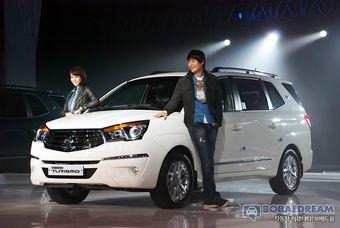 Салон SsangYong Korando Turismo вмещает до 11 человек, а 2-литровый дизельный двигатель работает в паре с «механикой» или «автоматом».