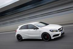 Mercedes-Benz A 45 AMG разгоняется с места до 100 км/ч за 4,6 секунды, а максимальная скорость ограничена на 250 км/час.