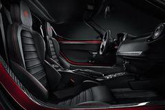 Основные органы управления у Alfa Romeo 4C сосредоточены на центральном тоннеле.