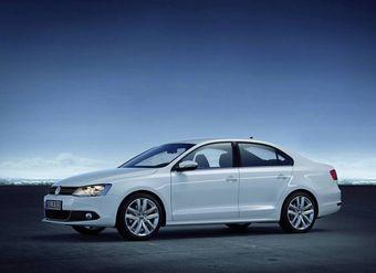 Стартовая стоимость седана стала ниже благодаря специальной комплектации для России — Conceptline, которая по цене от 648 000 рублей предлагает 1,6-литровый бензиновый мотор мощностью 105 л.с. с «механикой» или «типтроником».