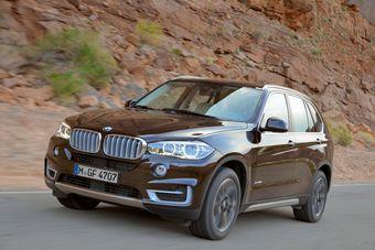 Компания BMW опубликовала фотографии и технические характеристики нового, третьего по счёту, поколения кроссовера BMW X5.