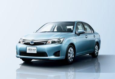 Toyota начала продажи гибридных версий CorollaAxio иFielder вЯпонии