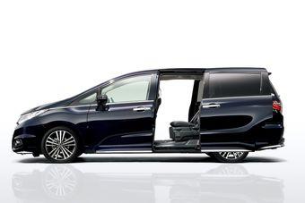 В пятом поколении минивэн Honda Odyssey впервые получил сдвижные боковые двери.