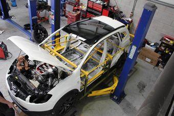 На стандартный 7-местный кроссовер монтируют шасси, доработанные двигатель и трансмиссию от суперкара Nissan GT-R. Работы должны завершиться до конца этого года.