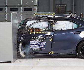 Краш-тест с небольшим перекрытием, проведенный Страховым институтом дорожной безопасности США (IIHS), позволил определить основные «зоны риска», к которым относятся левая голень и голова водителя.