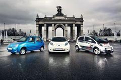 Рынок электромобилей в России пока находится в зачаточном состоянии: официально предлагается всего одна модель — Mitsubishi i-MIEV (на фото он справа).
