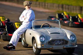 Детский Aston Martin способен разгоняться до 75 км/ч.