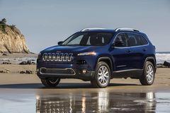 Уже известно, что на российском рынке новый Cherokee будет иметь 2,4-литровый бензиновый двигатель мощностью 177 л.с. Подробные комплектации и спецификации станут известны после премьеры модели на Женевском автосалоне.