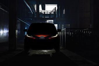 Тизер компакт-кара Toyota Aygo. Первый публичный показ автомобиля состоится в Женеве в начале марта.
