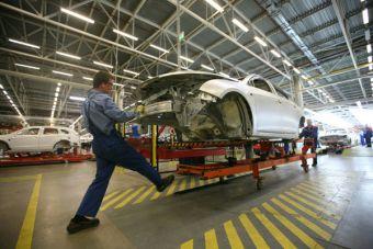 Выпуск машин на заводе УАЗ остановится 24 февраля и возобновится 10 марта. Точные даты приостановки работы конвейера на площадке GM под Петербургом пока не сообщаются, но произойти это должно до 28 февраля.