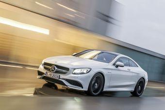 Под капотом двухдверного Mercedes-Benz находится 5,5-литровый двигатель V8 с двумя турбонагнетателями, выдающий 585 л.с. мощности и 900 Нм крутящего момента.