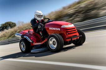 Эксперты Книги рекордов Гиннеса подтвердили, что 109-сильный минитрактор Honda для стрижки газонов имеет право носить титул самой быстрой газонокосилки в мире.