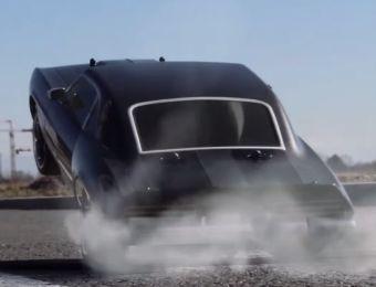 Главными «героями» любительского ролика стали автомобили на радиоуправлении.