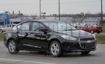 На фотографиях видно, что основным визуальным отличием американского Cruze от китайской версии модели, показанной в Пекине, станет решетка радиатора – в США эту деталь привели в соответствие с оформлением передней части остального модельного ряда Chevrolet.