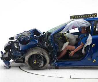 В наиболее сложном тесте — ударе о барьер с 25%-ом перекрытием — структурная составляющая кузова WRX выдержала воздействие и успешно защитила водителя.