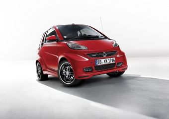 От «обычной» версии заднемоторный компакт-кар отличется форсированным до 102 л.с. мощности и 147 Нм крутящего момента трехцилиндровым турбодвигателем объемом 1,0 литр, а также спортивными настройками роботизированной трансмиссии и подвеской со сниженным на 10 мм клиренсом.