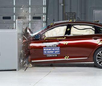 Автомобиль продемонстрировал хорошие результаты в испытаниях с барьерами с малой площадью перекрытия и получил высшую оценку в тестах превентивной системы торможения, способной полностью предотвратить столкновение.