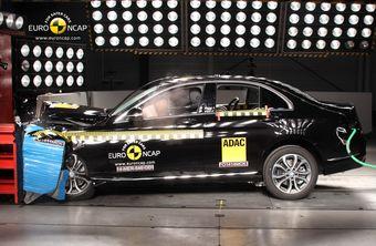 По итогам испытаний новый Mercedes-Benz C-Class получил максимально возможную оценку в пять звезд, а компактный Hyundai i10 удостоился четырех звезд.