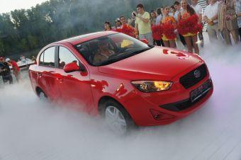 Новый для нас китайский седан предлагается с единственным 1,5-литровым 102-сильным мотором по ценам от 430 000 руб. за версию с МКП и от 490 000 руб. за машины с АКПП.