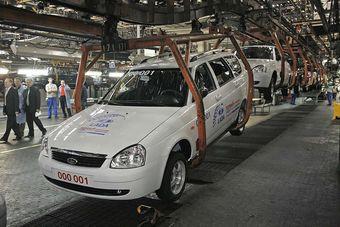 Первоначально Vesta планировалось собирать на ветке конвейера, где сейчас производится Priora. Но сокращение российского авторынка и падение доходов «АвтоВАЗа» вынудило компанию отказаться от переоборудования конвейера в Тольятти и переместить сборку новинки на «ИжАвто»,